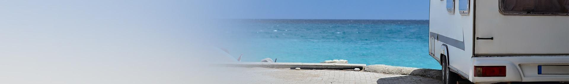 wóz campingowy nad morzem