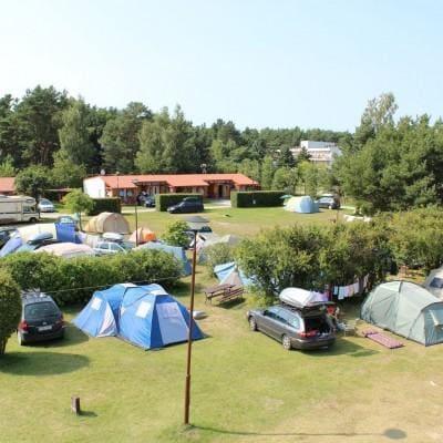 pole namiotowe na campingu