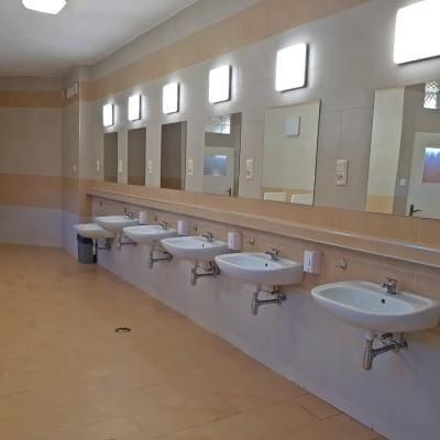umywali z lustrami w łazience